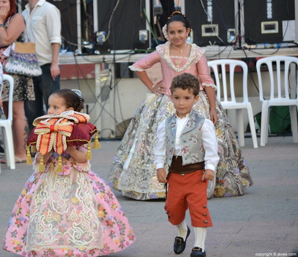 Claudia Sánchez Tachó caminando hacia el escenario para ser proclamada como reina infantil 2014