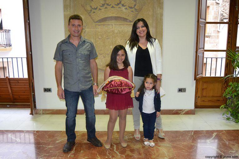 Claudia Sánchez Tachó, reina infantil de Fogueres 2014, junto con sus padres y hermana