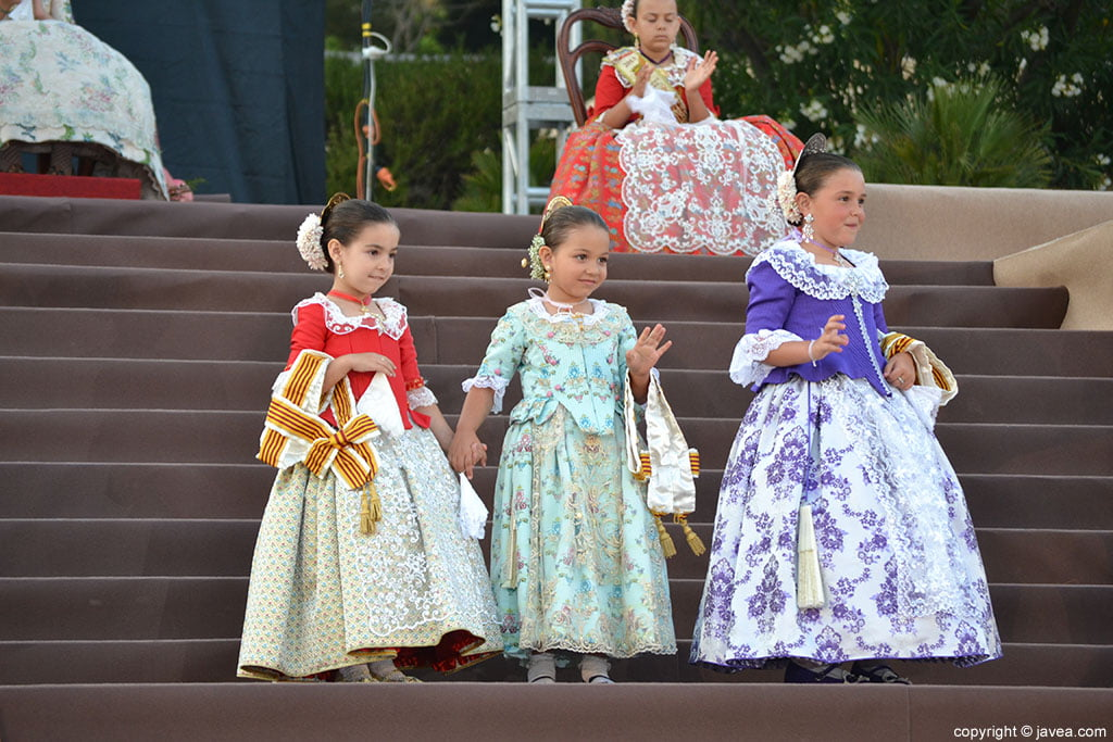 Corte de honor infantil en la proclamación de la reina infantil de Fogueres 2014