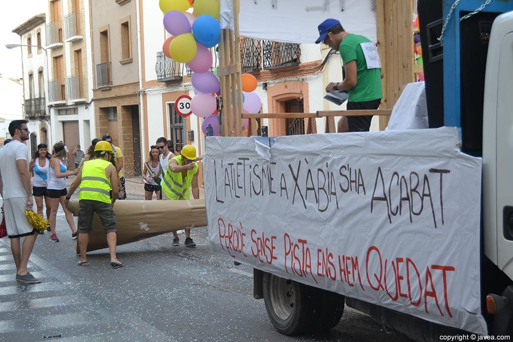 Crítica social de una de las peñas en el desfile de carrozas