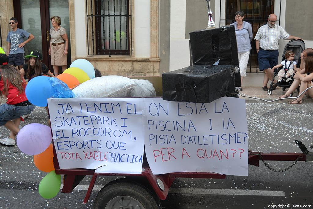 Crítica social en el desfile de carrozas de las peñas