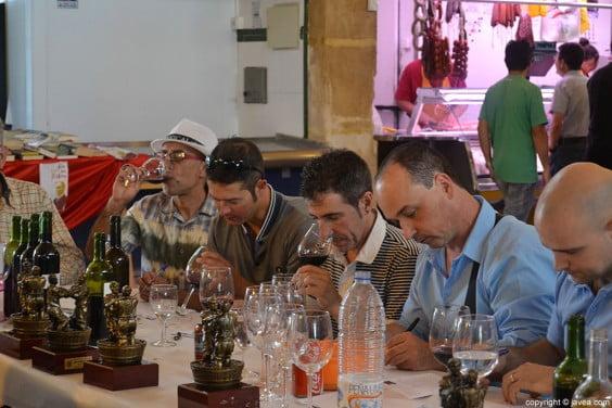 El jurado haciendo la cata de los vinos que participaron en el concurso