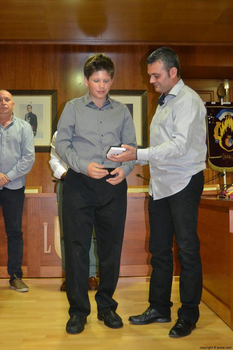 El presidente de la Comisión de Fogueres 2014, Jaime Escudero, entregando la medalla al presidente de la comisión juvenil de Fogueres 2014 George Walker