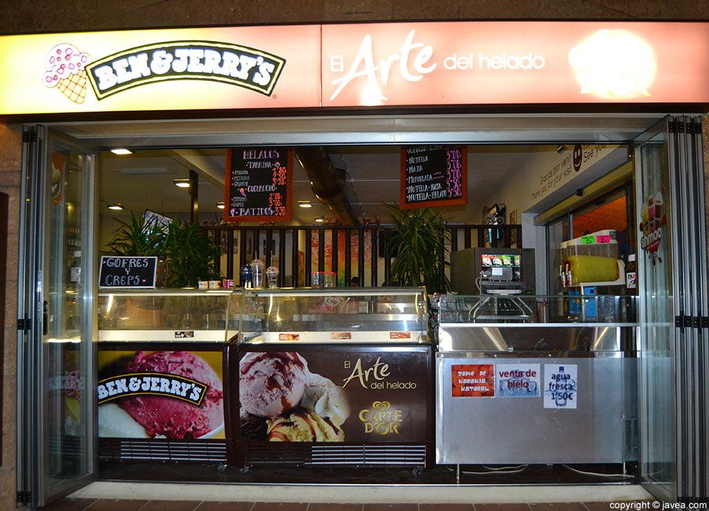 Gran variedad de helados, gofres y creps en Panino's en la playa del arenal de Jávea