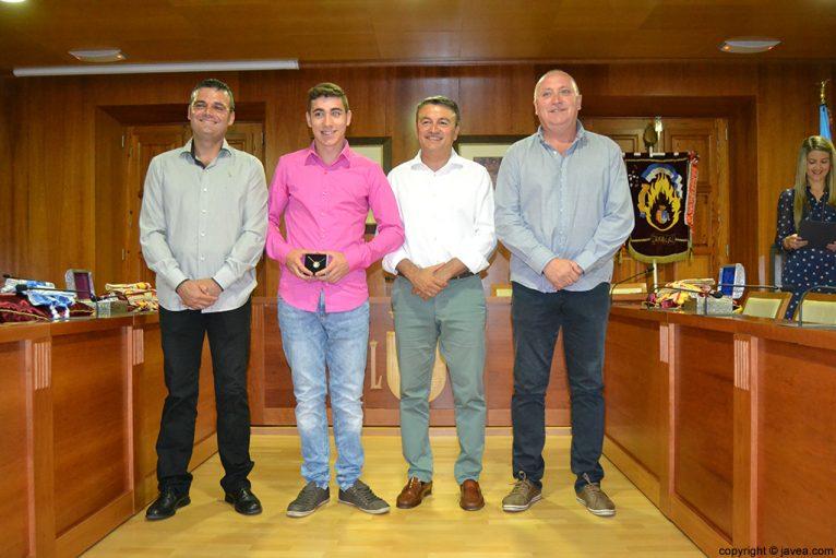 Jaime Escudero, Jordi Pons, José Chulvi y Juan Ortolá entregando la medalla al presidente de les Fogueres 2014 de Xàbia