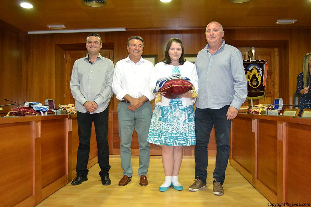 Jaime Escudero, José Chulvi, Kylie Barnes y Juan Ortolá entregando la banda a la presidenta juvenil de Fogueres 2014