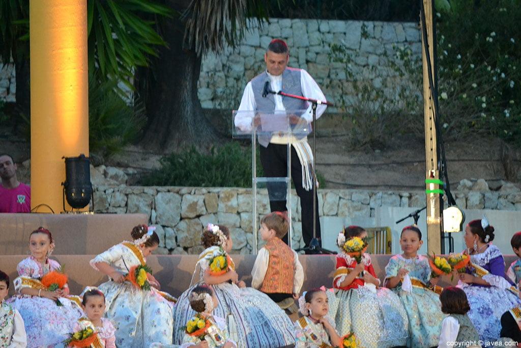 Jaime Escudero en su discurso en la proclamación infantil de Fogueres 2014