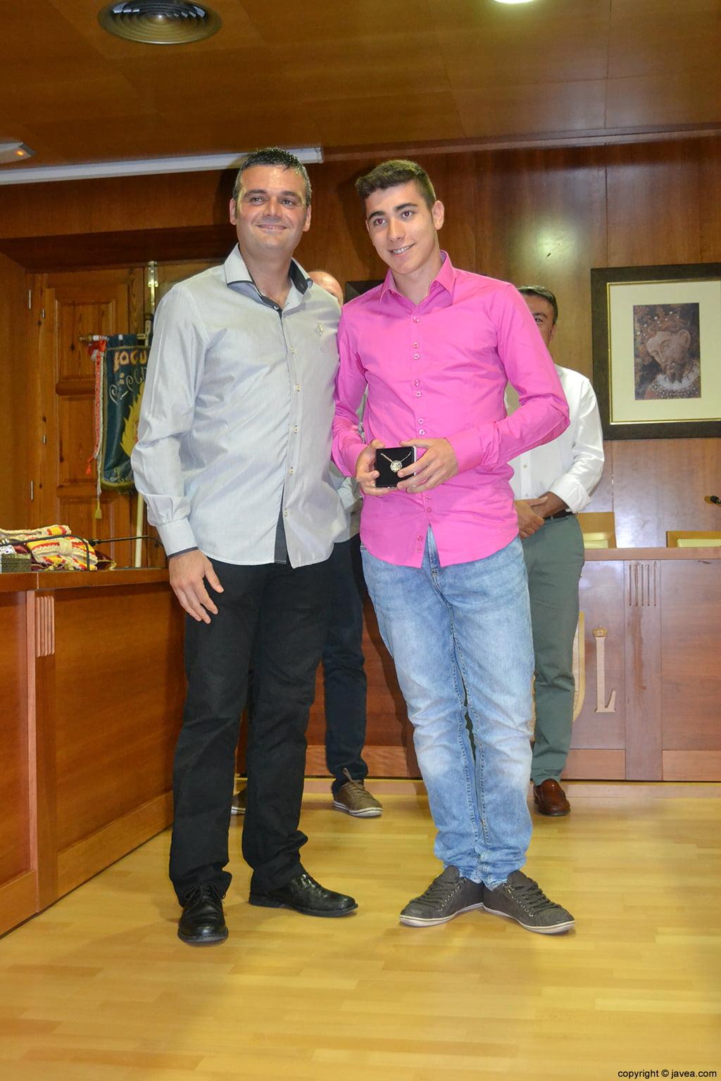 Jaime Escudero entregando la medalla al presidente de la quintà 2014 Jordi Pons Diego