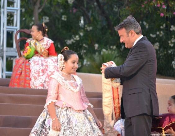 José Chulvi en el momento de proclamar a Claudia Sánchez Tachó como reina infantil de 2014