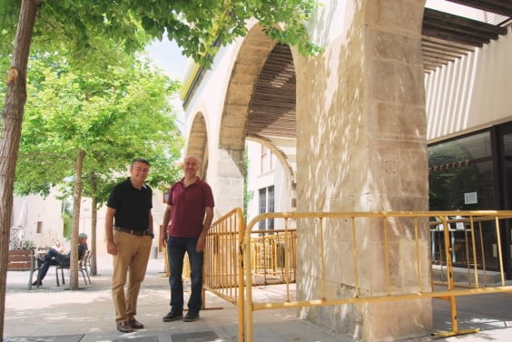 José Chulvi y Paco Torres en el edificio de la plaza marina alta
