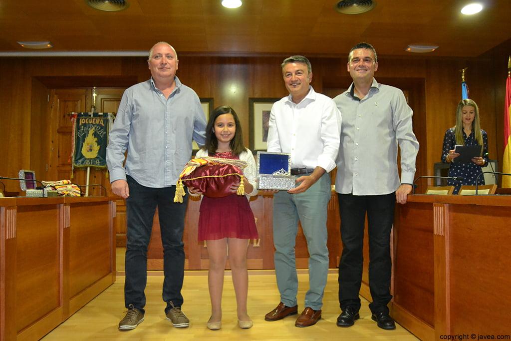 Juan Ortolá, Claudia Sánchez, José Chulvi y Jaime Escudero entregando la corona y la banda a la reina infantil de Fogueres 2014