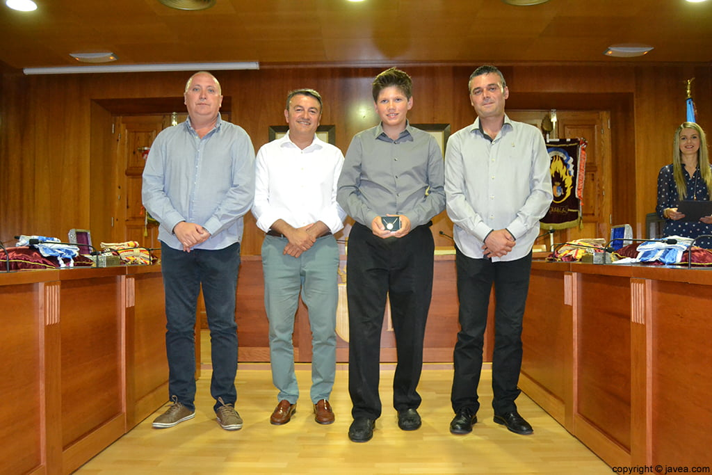 Juan Ortolá, José Chulvi, George Walker y Jaime Escudero en la entrega de la medalla al presidente juvenil de Fogueres 2014