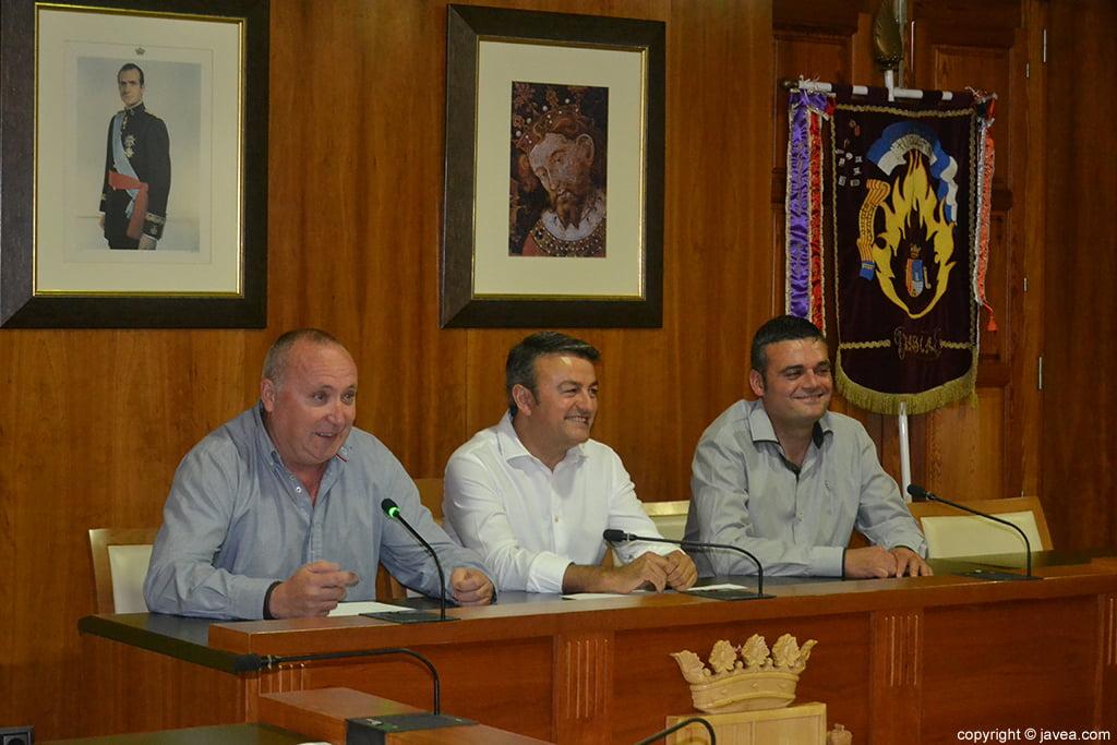 Juan Ortolá, José Chulvi y Jaime Escudero durante el acto de imposición de bandas a los cargos de Fogueres 2014