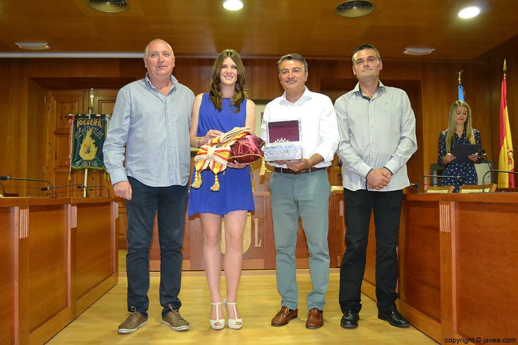 Juan Ortolá, Mar Bisquert Bover, José Chulvi y Jaime Escudero entregando la banda y la corona a la reina de Fogueres 2014
