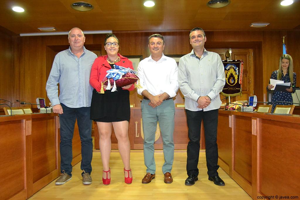 Juan Ortolá, Tatiana Caballero, José Chulvi y Jaime Escudero entregando la banda a la presidenta de Fogueres 2014