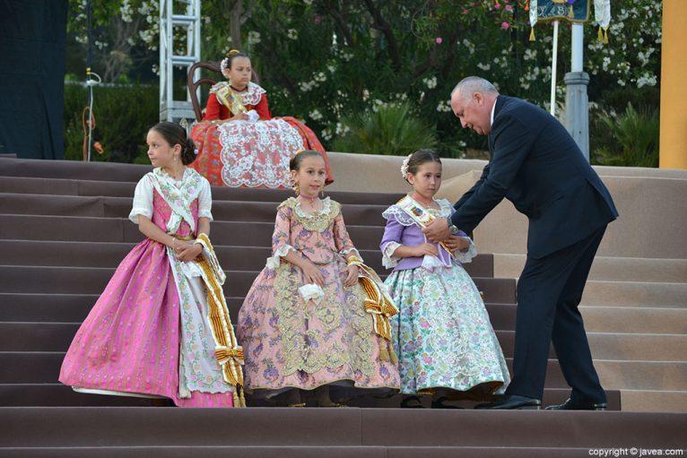 Juan Ortolá imponiendo las bandas a la corte de honor infantil de fogueres 2014