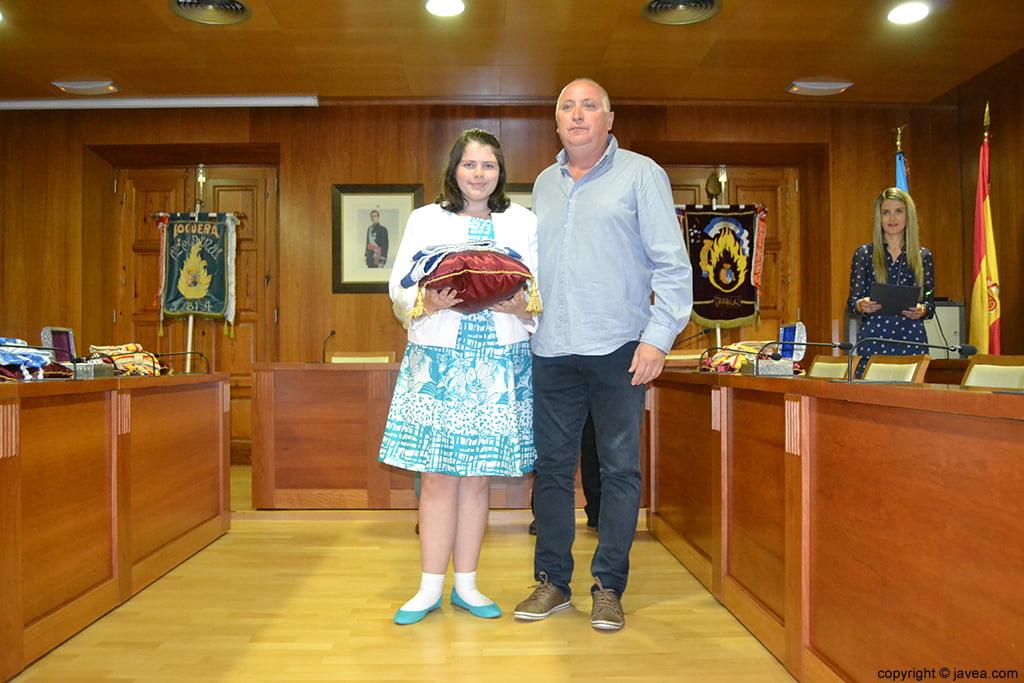 Kylie Barnes y Juan Ortolá en el momento de entregar la banda a la presidenta juvenil de Fogueres 2014