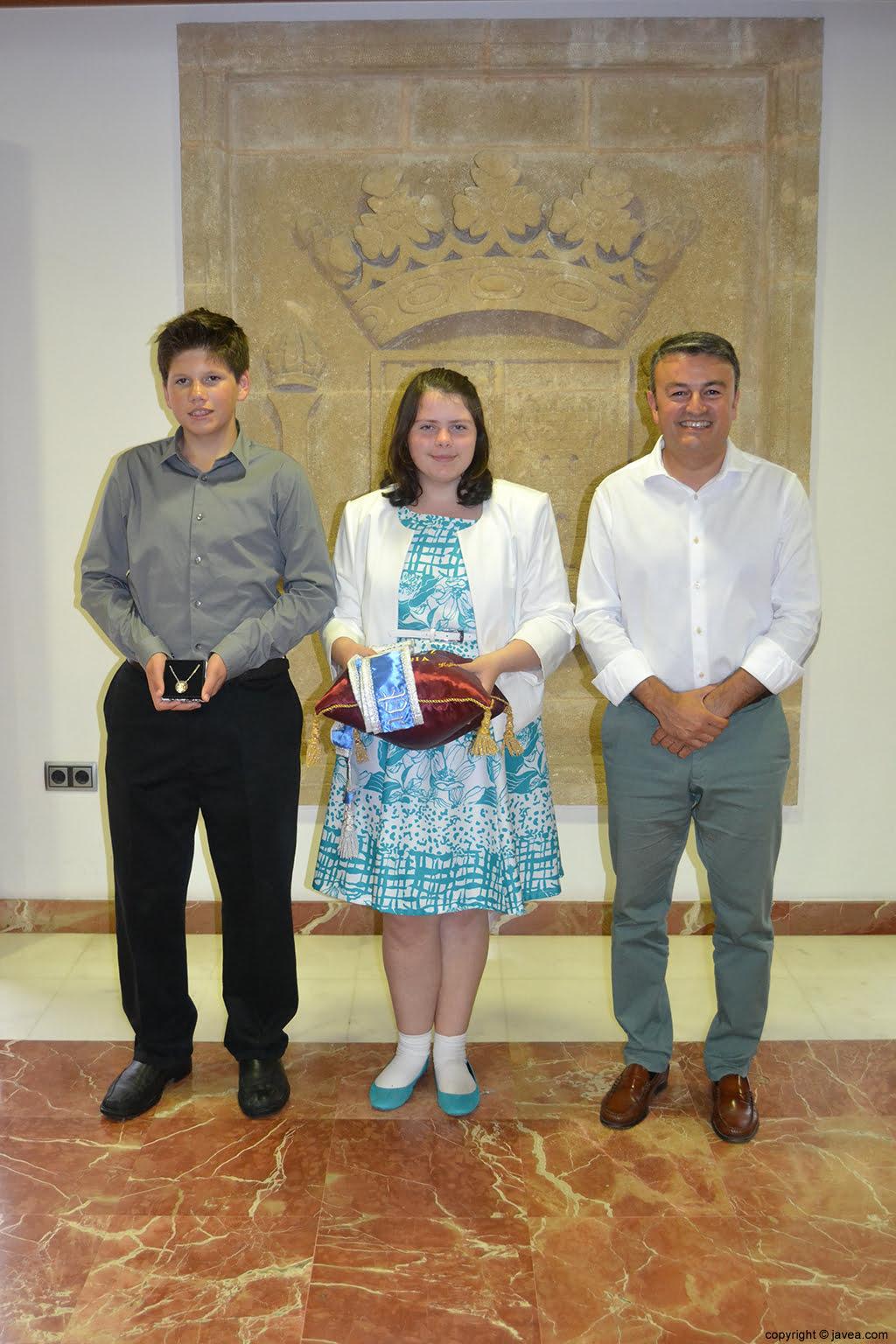 Los presidentes de la comisión juvenil, Kylie Barnes y George Walker, junto con el alcalde José Chulvi