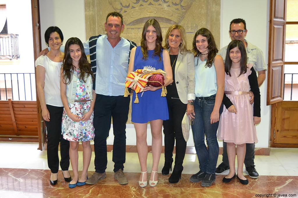 Mar Bisquert Bover, reina de les Fogueres 2014, junto con sus padres y familiares