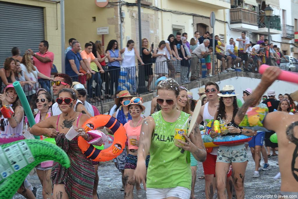 Miembros de la quintà 2014 durante el desfile de peñas