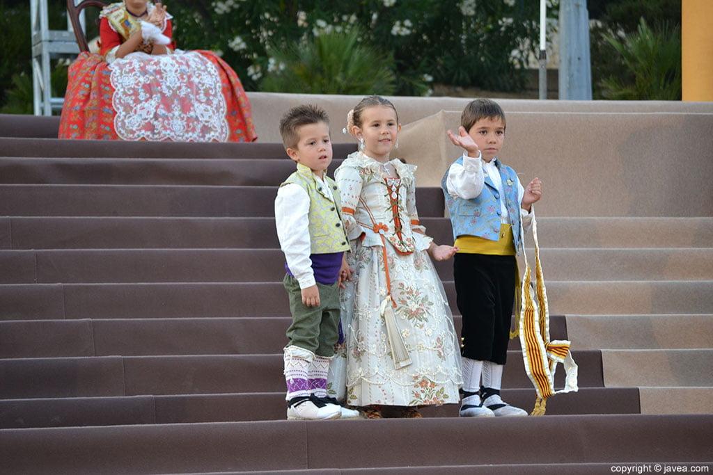 Momento de la proclamación infantil con miembros de la corte de honor
