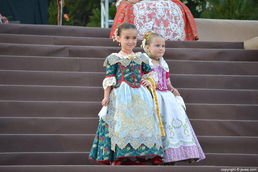Niñas de la corte de honor infantil de las Hogueras de San Juan de Jávea