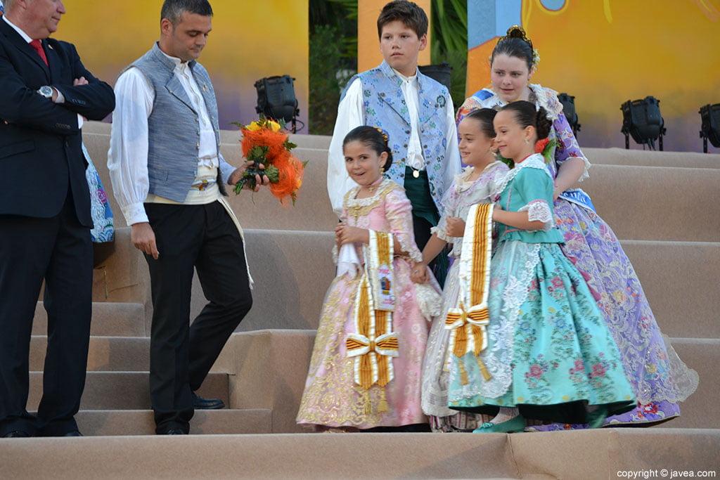 Niñas de la corte de honor infantil en la proclamación de la reinal infantil de fogueres 2014