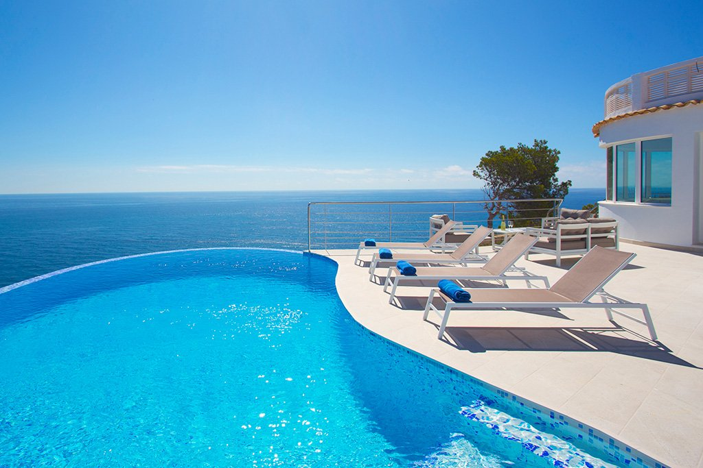 Alquiler vacacional con infinity pool en Aguila Rent a Villa
