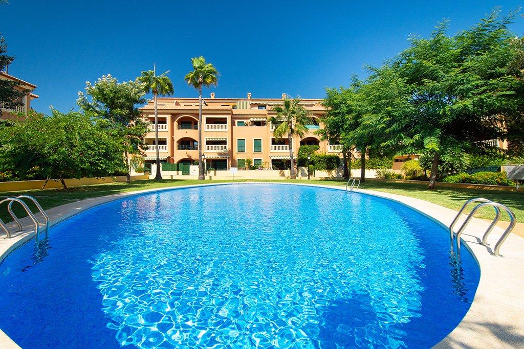 Exterior con piscina Aguila Rent a Villa