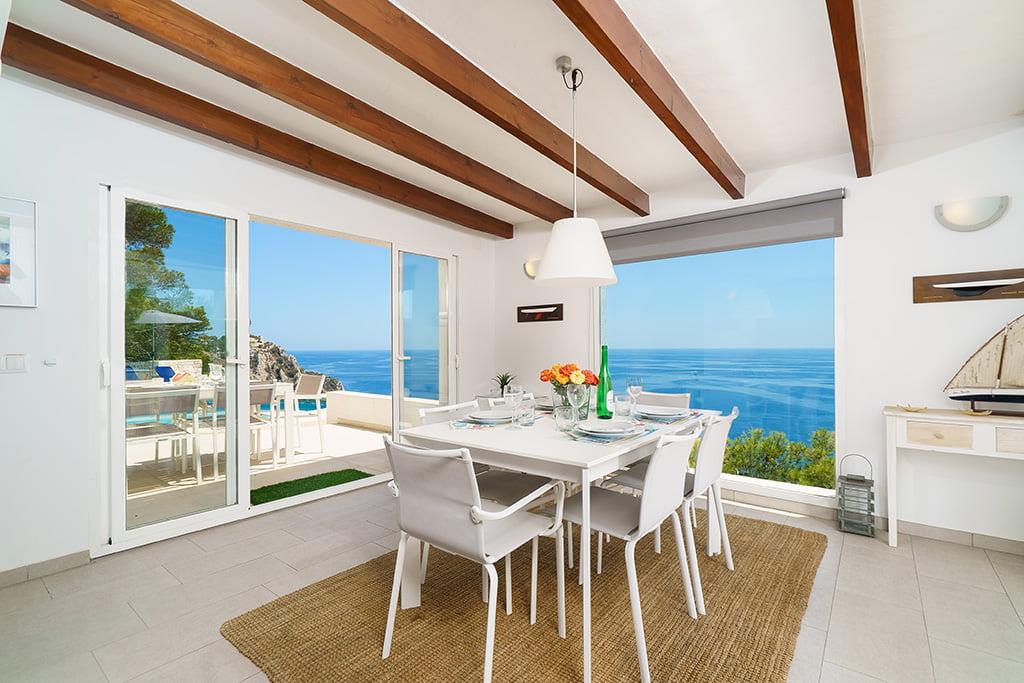Interior con vistas al mar en casa de vacaciones Aguila Rent a Villa