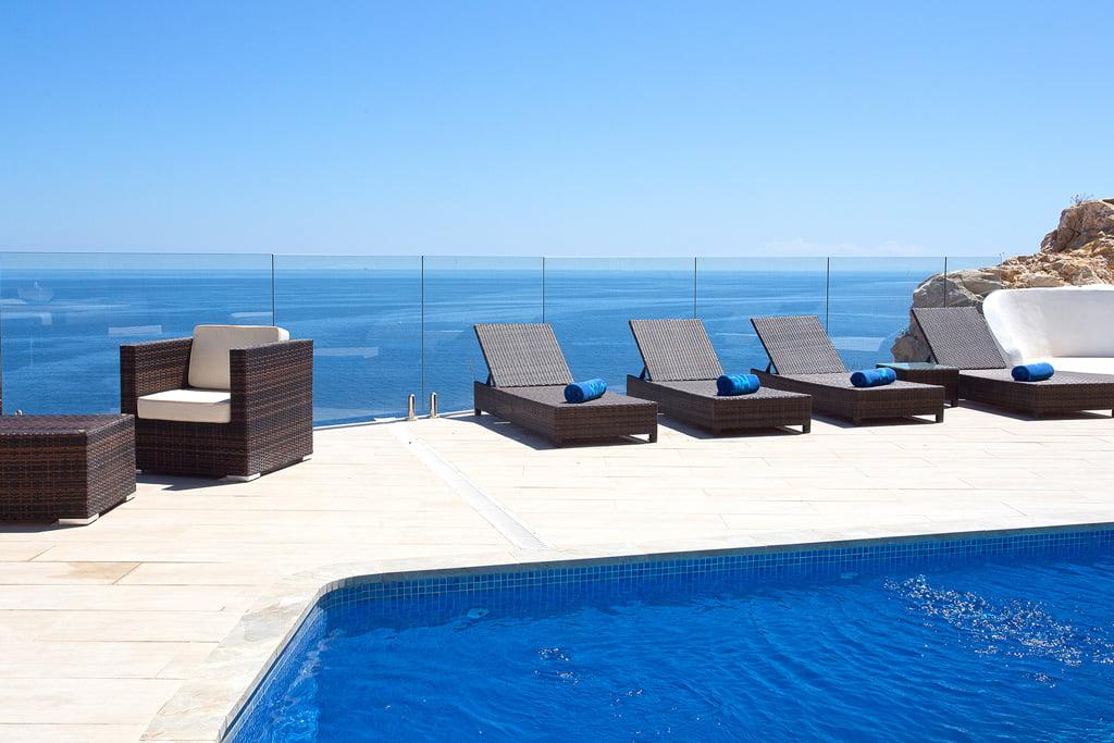 Piscina con vistas al mar en Aguila Rent a Villa
