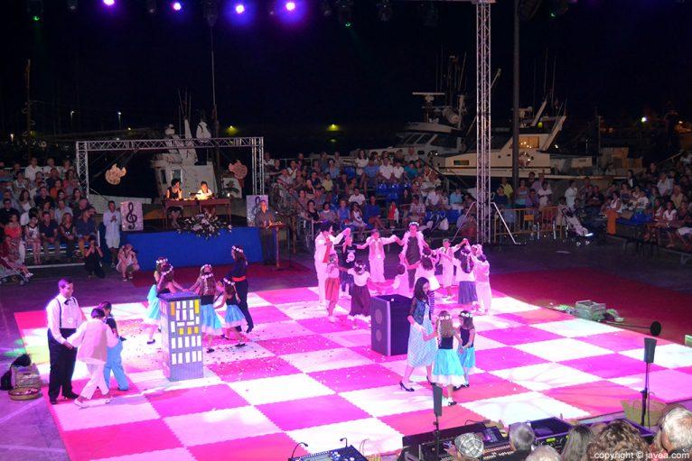 Blancas y negras bailando en un momento de la representación