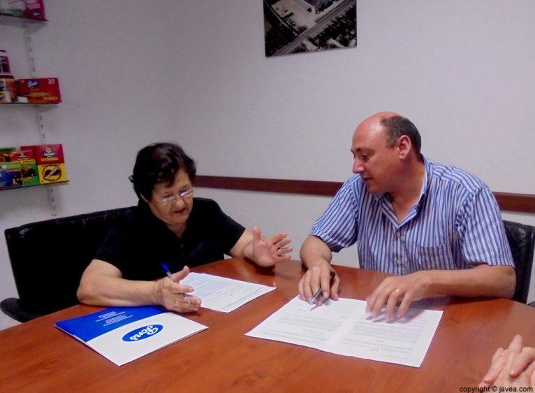 Isabel Cholbi y Antonio Pons firmando el convenio