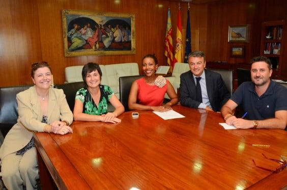 La presidenta de MEJ, Arline Francis junto con compañeras de la entidad, José Chulvi y Juan Luís Cardona