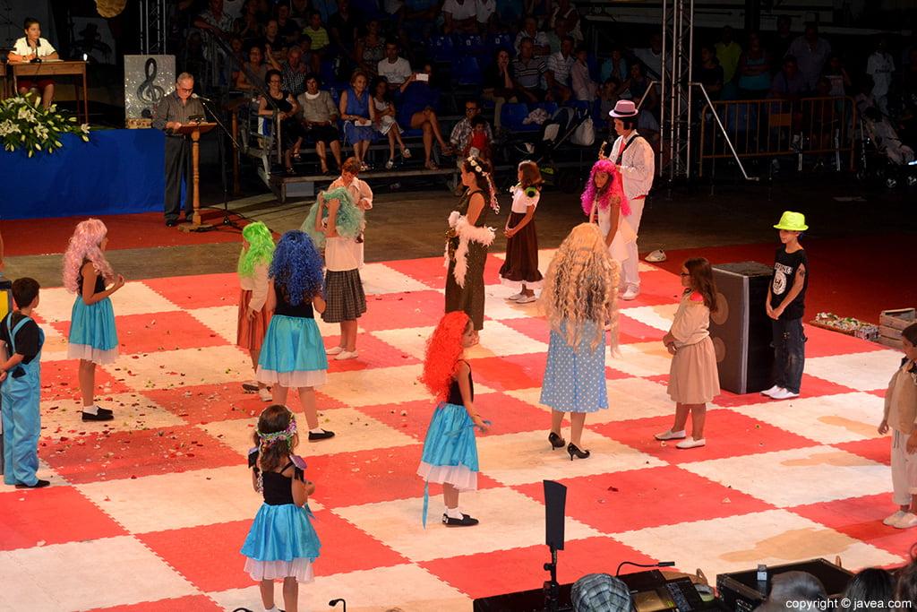 Las fichas de ajedrez están representadas por niños y niñas