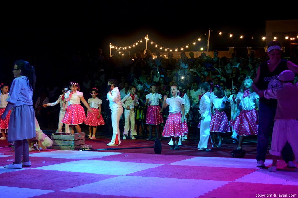 Los alumnos del Trenc d'Alba durante la representación del Ajedrez Viviente de Jávea