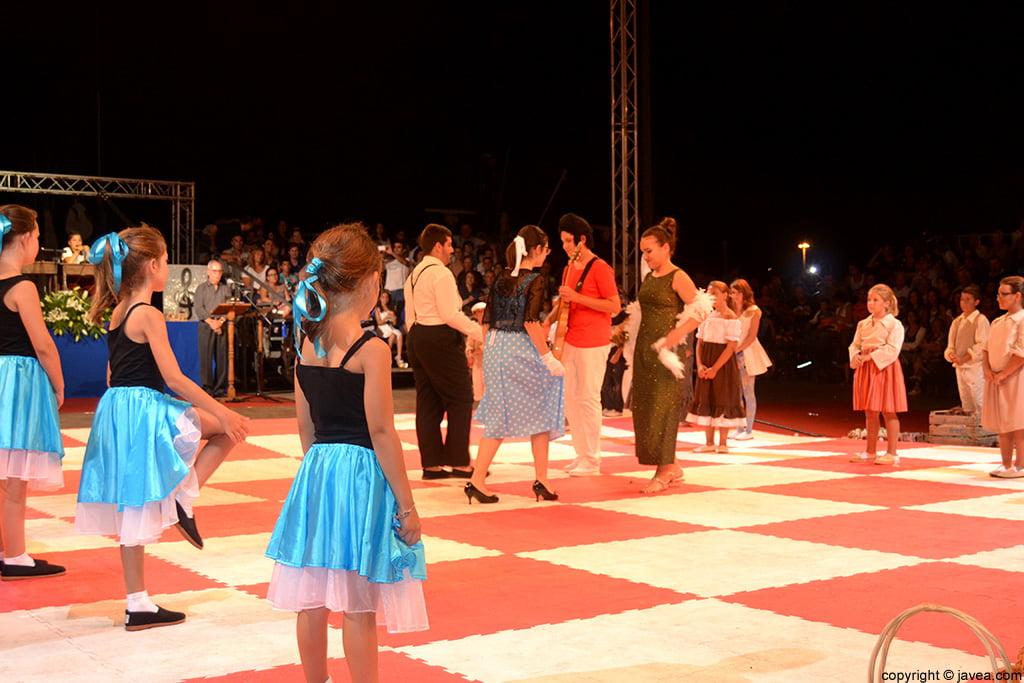 Reyes y damas bailando juntos en la representación
