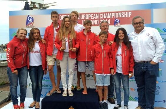 Julia Miñana y Pablo Luján con el resto de la Selección Española de Optimits