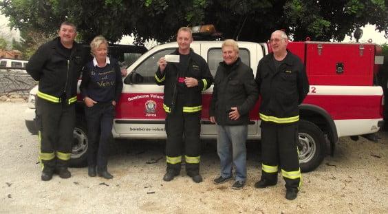 Algunos miembros de Bomberos Voluntarios de Balcón al Mar recibiendo un donativo por parte de una Asociación