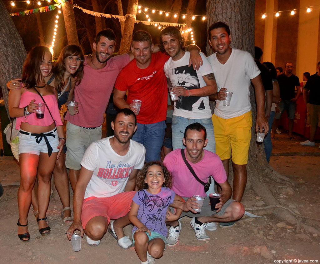 Grupo de amigos en la celebración de las fiestas Mare de Déu dels Àngels