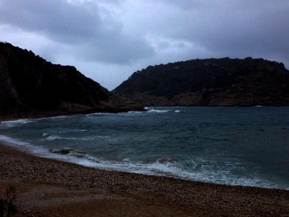 Imagen de la Cala del Portitxol de Xàbia durante primera hora del sábado cuando empezaba la lluvia
