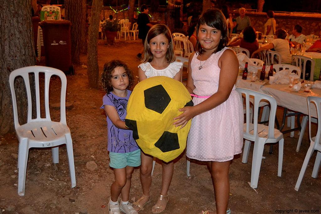 Jóvenes asistentes a las fiestas de la Mare de Déu dels Àngels de La Plana de Jávea