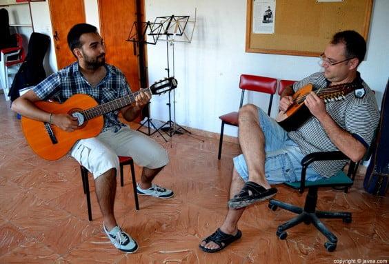 Lluís Español y Juan Antonio Savall en el lugar de ensayo de la Tuna de Xàbia