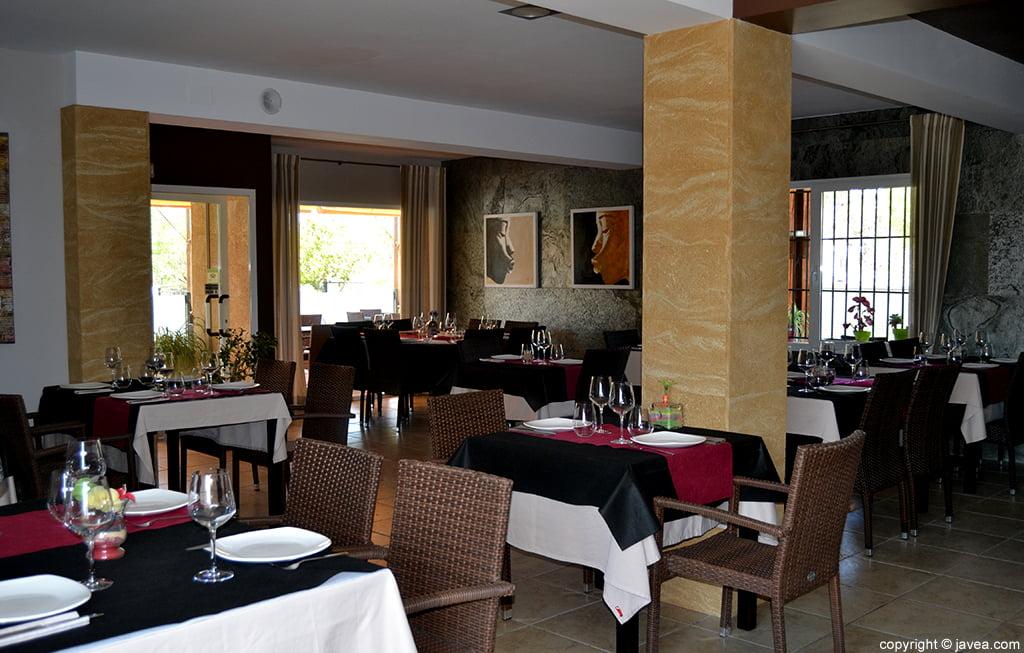 Salón interior del restaurante Nesfor en Jávea