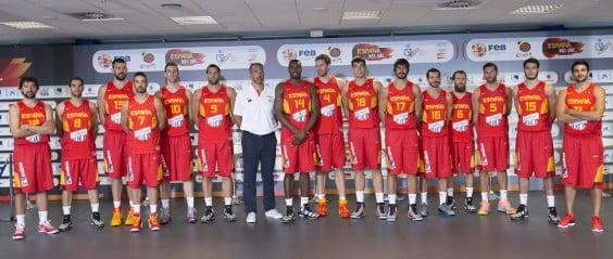 Juan Antonio Orenga con sus jugadores de la seleccion Española de Baloncesto