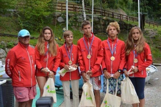 Julia Miñana y Pablo Luján junto al resto del equipo de España