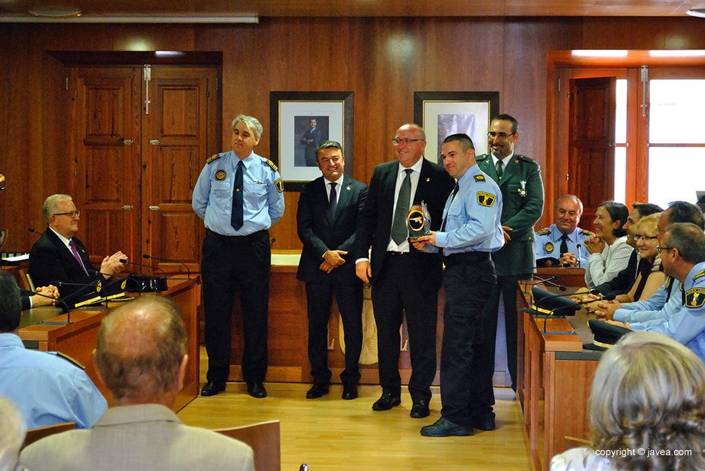 Los policías locales recoge sus reconocimientos por sus años de servicio prestados