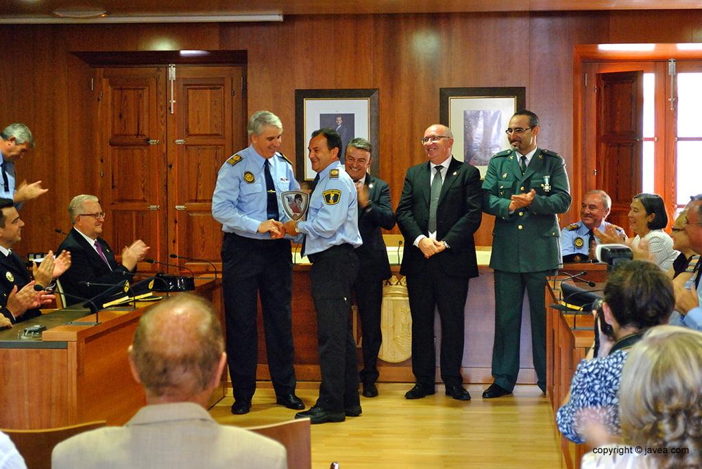 Cada policía local reciben una condecoración por los años de servicio