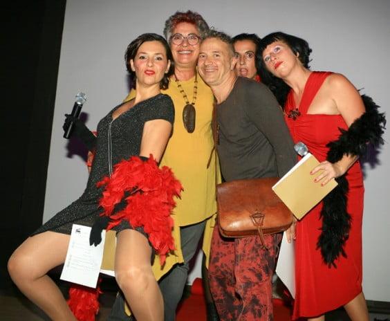 Unas actrices vestidas de cabareteras se encargaron de animar al público