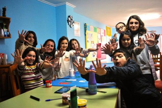 Los Juniors de Xàbia trabajando en una actividad solidaria en colaboración con Manos Unidas
